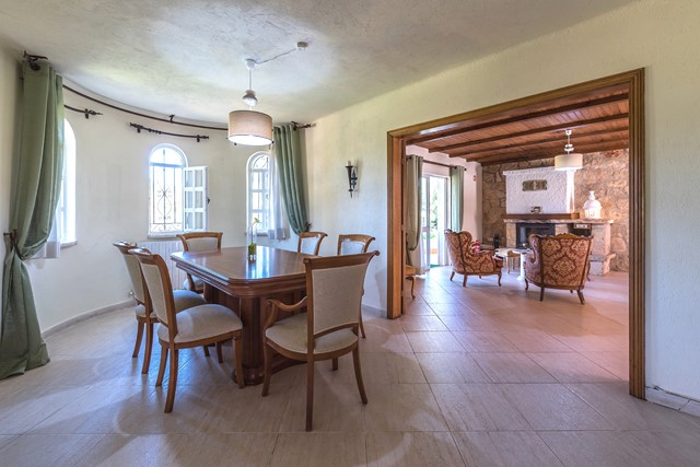 Quinta style property with pool and mountain views
