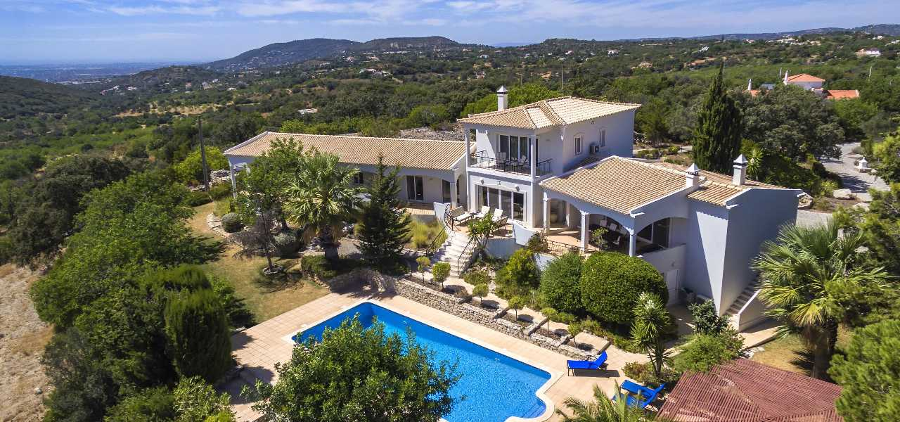 A high quality 4+1 bed country villa with fantastic sea views