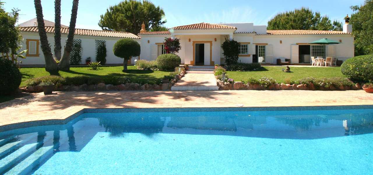 Charmante 4 SZ Bungalowstil Villa mit Pool nahe Boliqueime zum Kauf