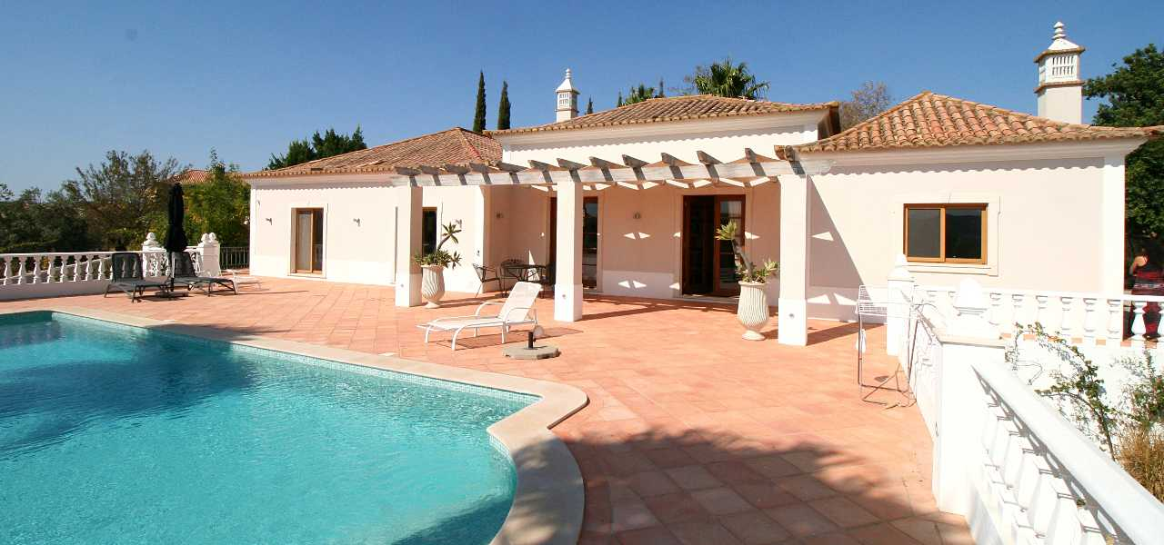 Single storey 3 bed villa with pool near Loule