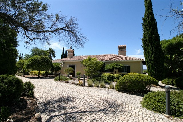 Traditional villa with pool and sea view located on hilltop